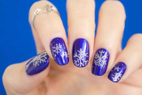 Новогодний маникюр со снежинками