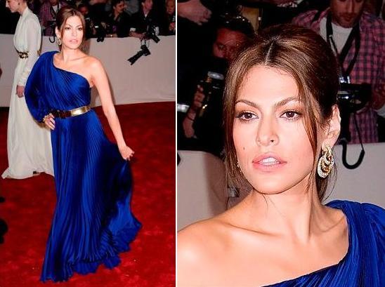 Макияж в бежевых тонах под синее платье
