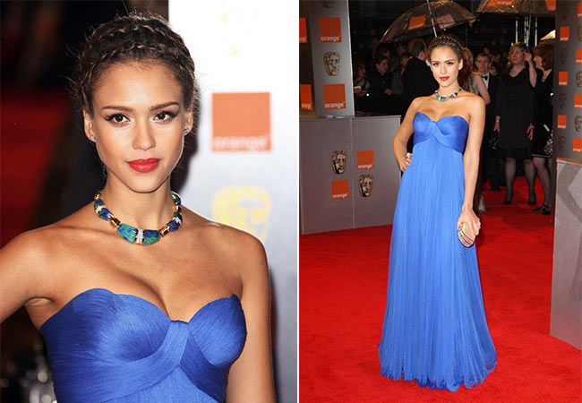 Сальма Хайк в синем платье