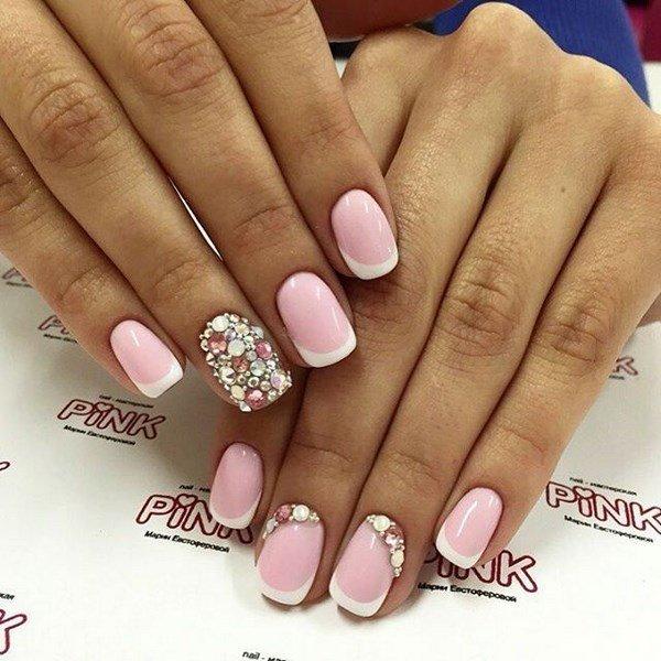 Розовый французский маникюр на коротких ногтях