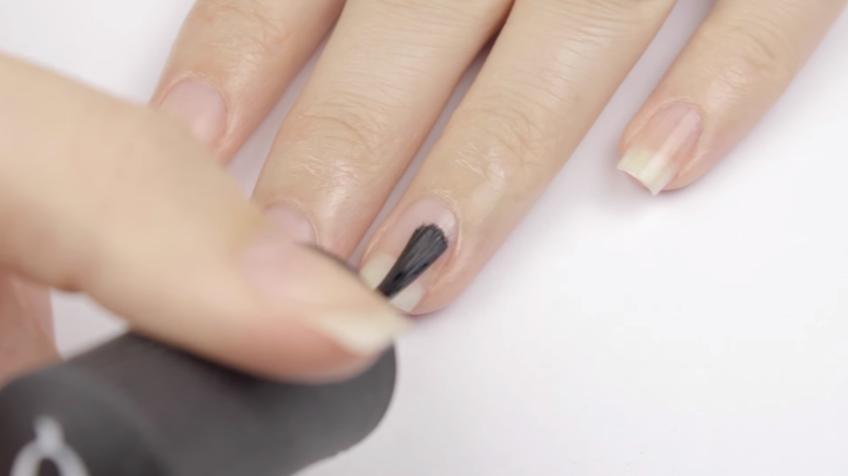 Нанесение прозрачной базы на ногти