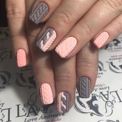 Бежево-розовый вязаный маникюр