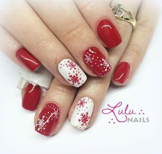 Красный маникюр со снежинками