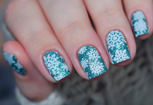 Синий маникюр с белыми снежинками