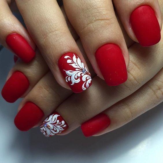 Красный маникюр с цветами на безымянном ногте