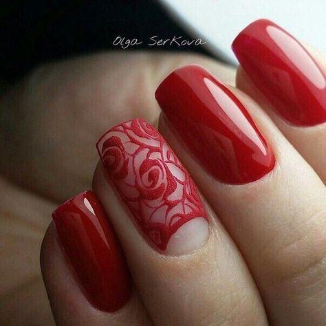 Красный маникюр с матовыми розами