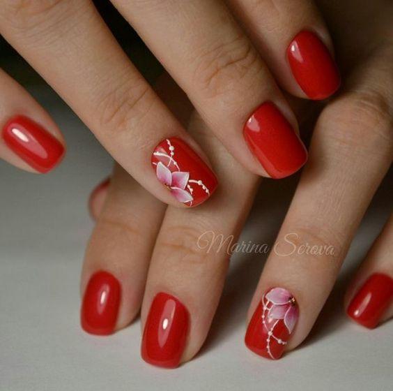 Красный маникюр с белым цветочным узором