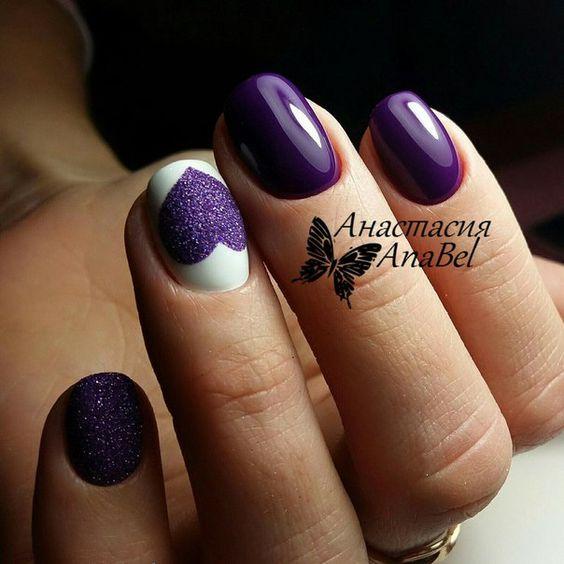 Фиолетово-белый маникюр с сердечком