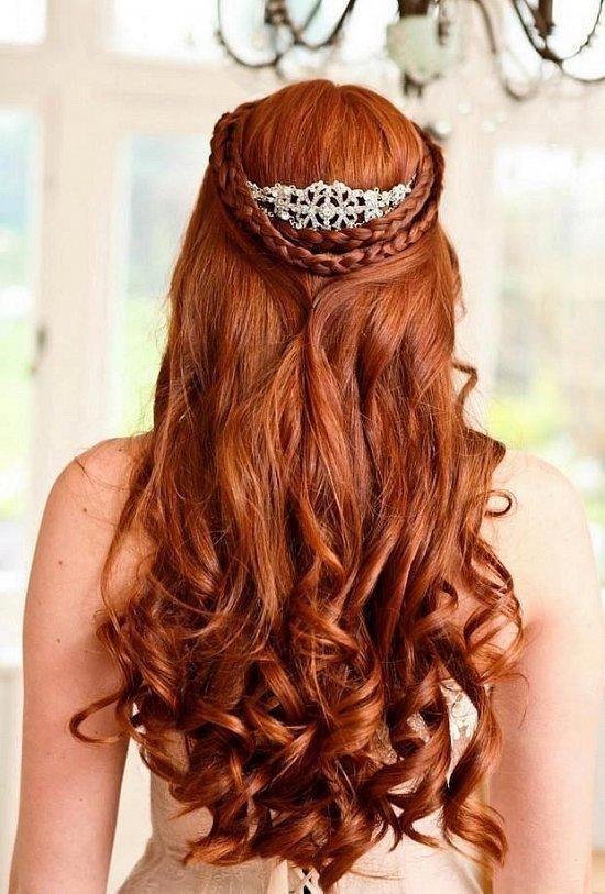 Свадебная прическа с распущенными волосами и косами