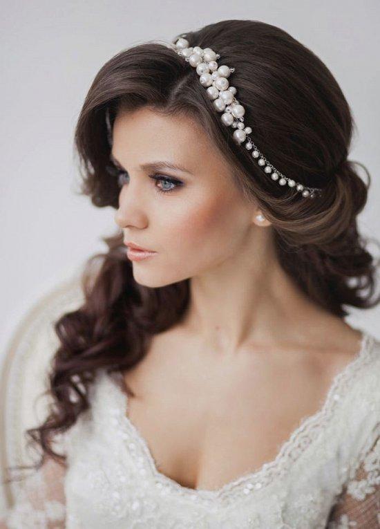Свадебная прическа из локонов с украшением