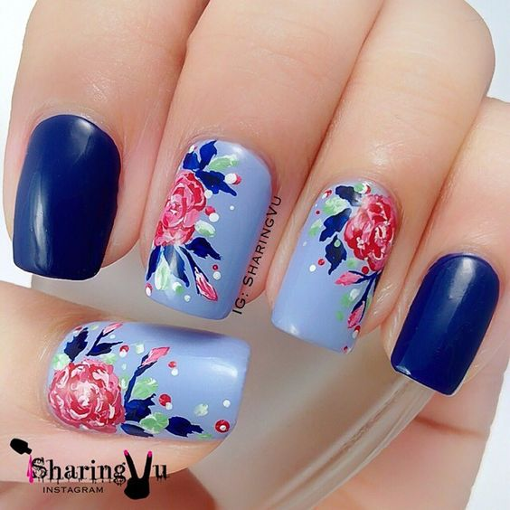 Синий маникюр с розами