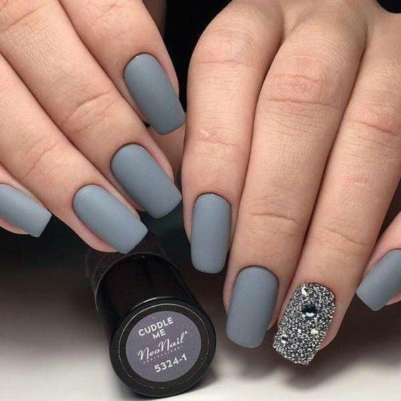 Матовый серый маникюр с блестками на одном ногте