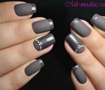 Матово-глянцевый серый маникюр