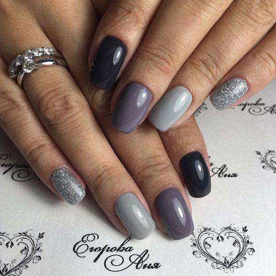 Оригинальный серый маникюр с блестками на короткие ногти