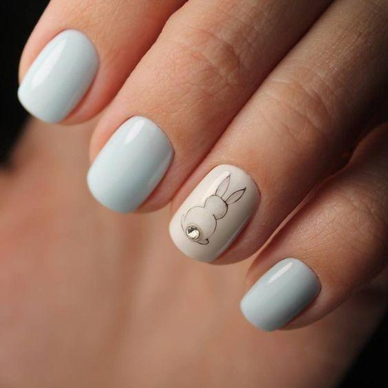 Голубой пасхальный маникюр с кроликом