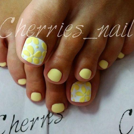 Лимонный педикюр с цветами фото