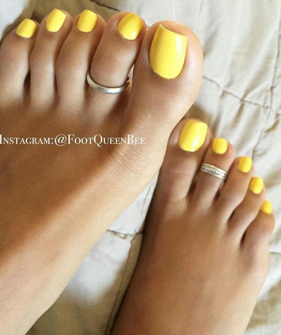 Желтый однотонный педикюр