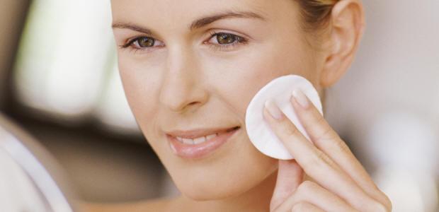 Как правильно очищать лицо летом