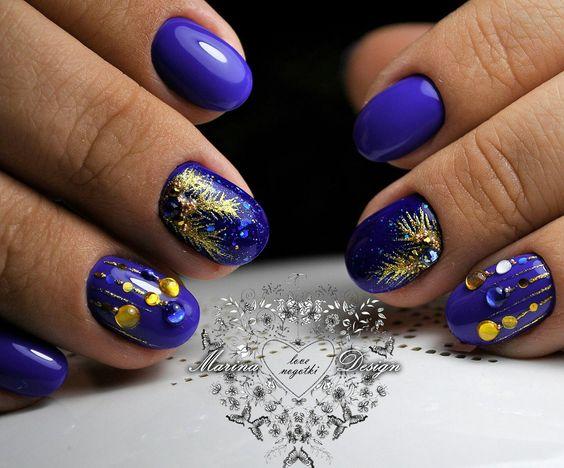 Синий маникюр с золотым рисунком