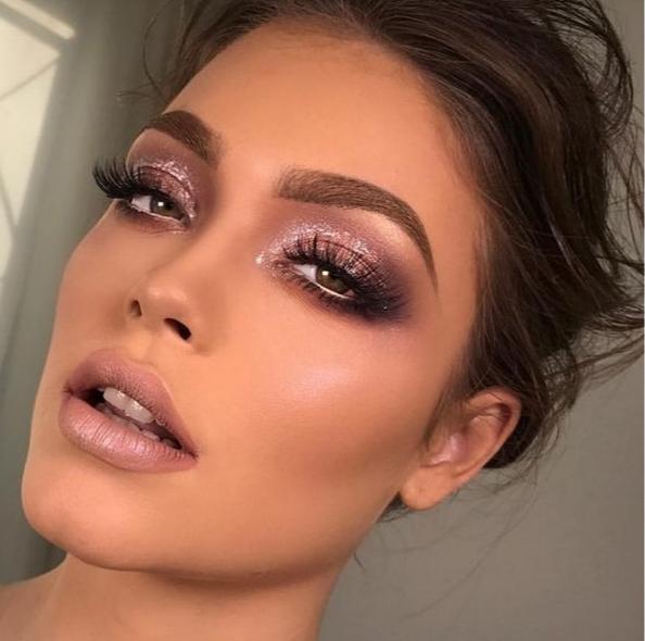 Нюдовый макияж с блестками на Новый год 2019