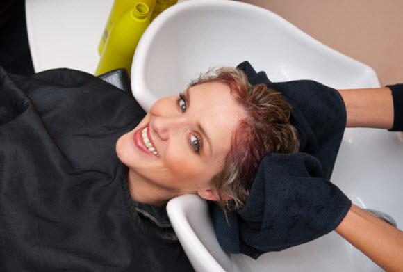 Как удалить пятна от краски для волос с поверхности раковины или ванны