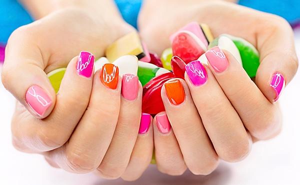 Разноцветный маникюр на коротких ногтях