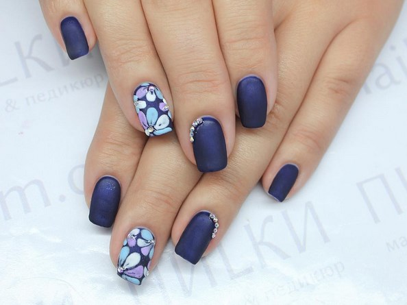 Синий цветочный маникюр