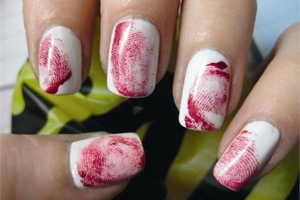 Маникюр с кровавыми отпечатками