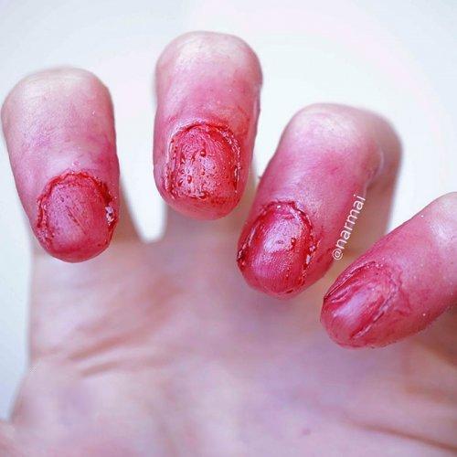 Маникюр с кровавыми ногтями