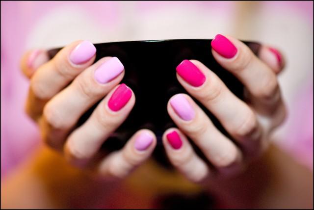 Разноцветный маникюр в розовых тонах