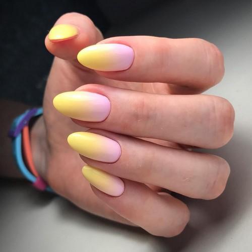 Желто-розовый маникюр в технике омбре