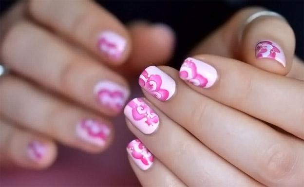 Розовый цветочный маникюр