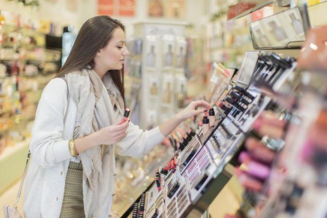 Как правильно тестировать косметику в магазине